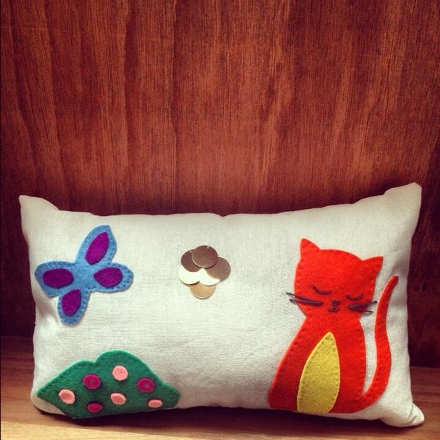 Cojín de gato y mariposa de fieltro. Hecho en casa./ Cat and butterfly pillow. Handmade.