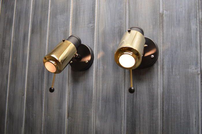 Exclusieve en zeer zeldzame 'Zodique' wandlampen ontworpen in 1950 door designer Jacques Biny voor LITA in Frankrijk. Deze lampen komen zelden voor al koppel en zeker niet in deze mooie vintage staat. De lampenkap is gemaakt van gepolijst messing en heeft (wat zeer uitzonderlijk is) de originele en volledig ongeschonden glazen lenzen. De basis is in zwarte lak. Heel veel van deze ontwerpen bezitten gebarsten of helemaal geen lenzen en deze kunnen ook nergens meer aangekocht worden. Oo...