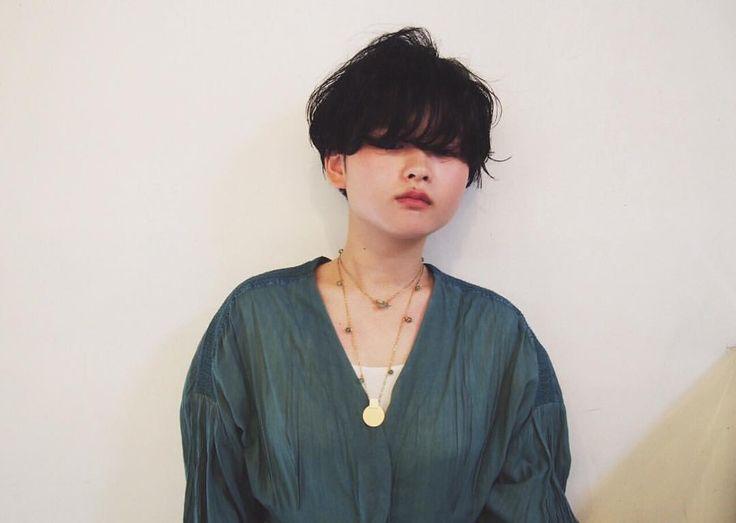中性的な雰囲気の、マッシュルームベースのショートヘア。あえて、目にかかる重めのラインで大きく無造作にパーマをかけました。スタイリングはローランドのシャビィ・マッドで。ウェットな束感が出せるおすすめワックスです。 . #hairstyle #shorthair #ヘアスタイル #マッシュショート #シャビィマッド #kir_hair #daikanyama