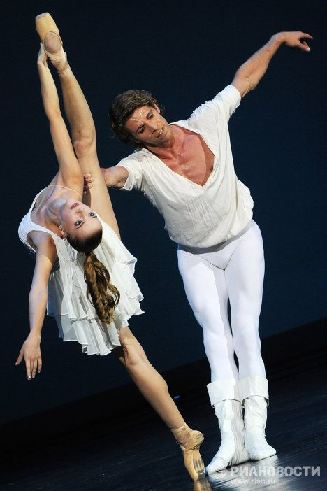 Kateryna Shalkina and Julien Favreau in Romeo and Juliet at Gala des etoiles
