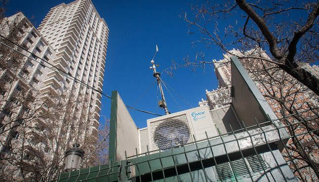 Imagen de la estación de medición de la calidad del aire en la Plaza de España, Madrid.