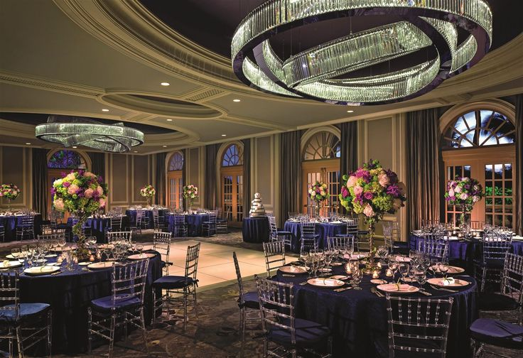 The renovation of the Ritz-Carlton Resort in Naples, Florida, was a major transformation in itself. Its refined guests can now enjoy their fine dining experience in the light of the two sophisticated 3-plane chandeliers of delicately arranged prism bars and LED light sources at the Artisans Ballroom. In cooperation with Wilson Associates based in New York. #design #light #LEDlighting #lighting #chandelier #elegance #hotel #hospitality
