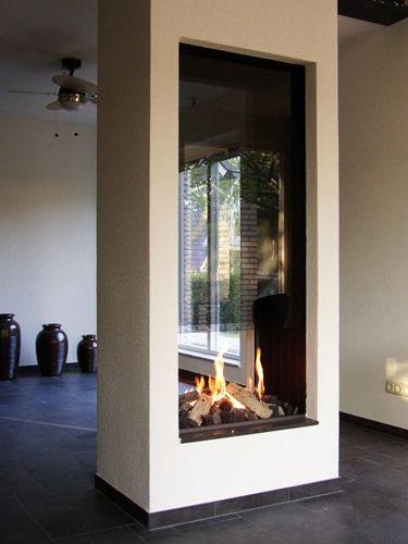 Fraaie doorkijkhaard (uitgevoerd met een open gashaard) in een vrijstaande kolom. Door het glas boven de haard ontstaat een zeer fraaie doorkijk waardoor de haard perfect past in de open ruimte.