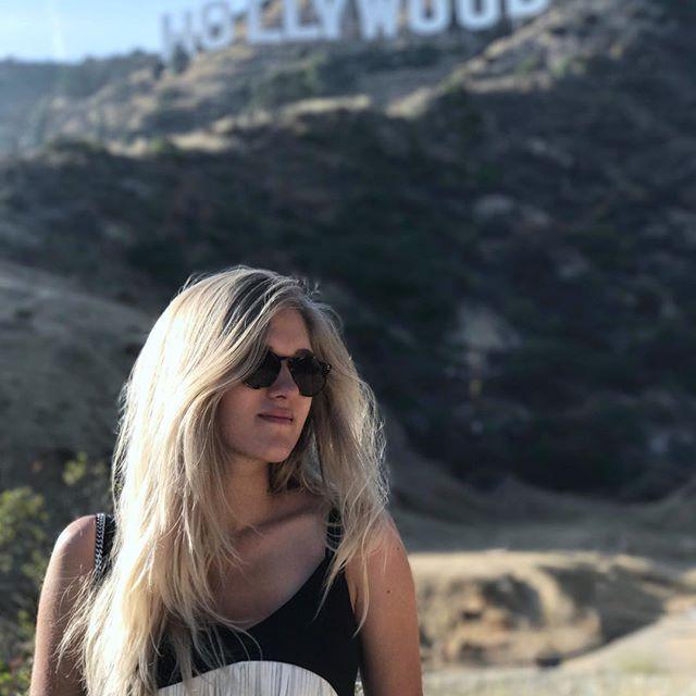 Coucou la photo touristique 😊 HOLLYWOOD ! Ce n'est pas si grand en fait, je m'attendais à un truc gigantesque 😅 Le lieu est paisible en tout cas, j'ai adoré ! Demain direction Venice Beach, il va falloir que je sorte mes abdos 🙈#oupas #california #hollywood #hollywoodsign