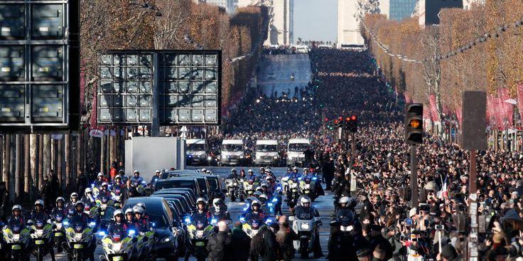 Une foule compacte s'était massée samedi matin sur les Champs-Elysées et autour de l'église de la Madeleine, où une cérémonie se tenait en mémoire du chanteur mort mercredi.