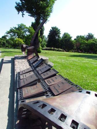 Pomnik Festiwalu Polskich Filmów Fabularnych w Gdynia (pomnik w formie ławeczki, z taśmy filmowej). Znajlduje się w Parku Rady Europy.