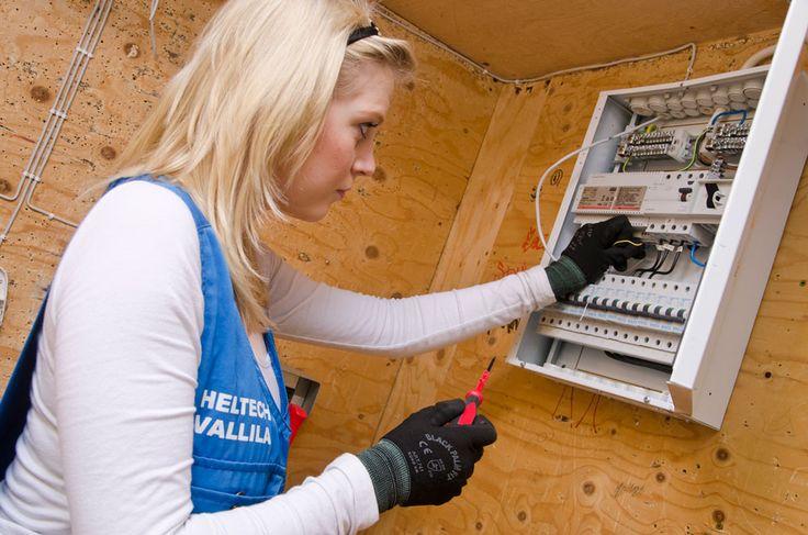 Sähköasentajat osaavat myös korjata ja huoltaa erilaisia sähkölaitteita. Sähköasentajan työ on itsenäistä, mutta isommat asennustyöt tehdään tarvittaessa ryhmätöinä. Sähköasentajat työskentelevät uudis- ja korjausrakennustyömailla, teollisuus- ja energialaitoksissa sekä asennus- ja huoltoliikkeissä