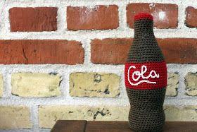 Sådan hækler du en colaflaske til legekøkkenet:   Du skal bruge:  - Brunt og rødt garn. Jeg har brugt akrylgarn til hæklenål str. 3. Du ka...