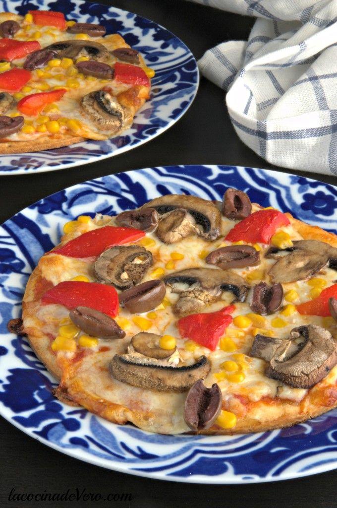 Una #pizza colorida y deliciosa sólo con vegetales y lista en unos minutos si usas la masa precocida.