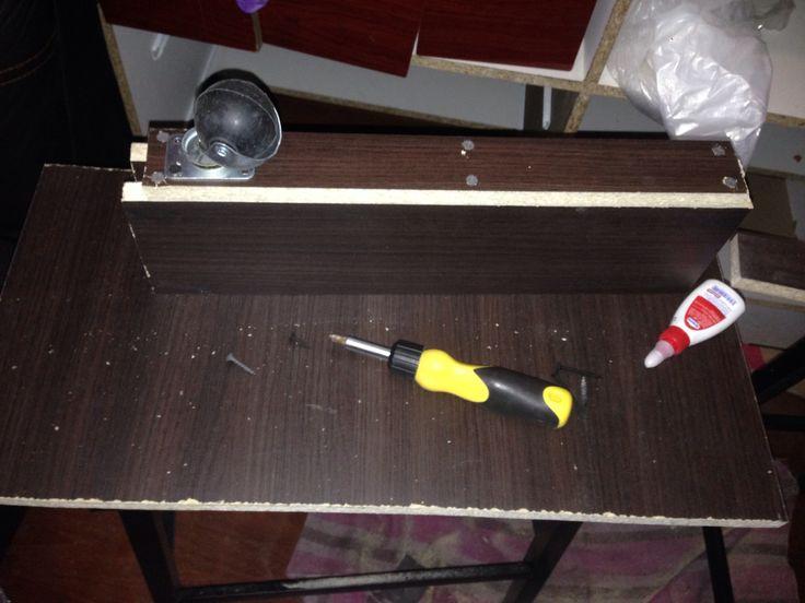 Estamos realizando las patas de la mesa de centro con el sobrante del clóset que me instalaron hace unos días.