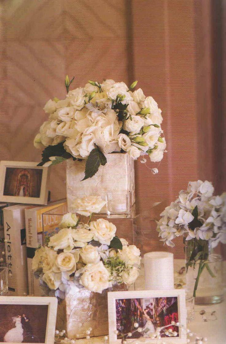 Boda clásica adornada con rosas blancas. Encuentra las bases cuadradas y los centros de mesa cilíndricos en www.trib-k.com Fotografía: Hunhui