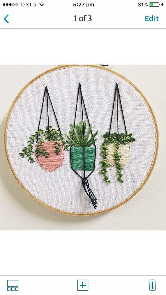 Ce cercle à broder de 6 pouces est cousu avec ma propre conception. Thai contient 3 jolie tenture plantes dans des couleurs modernes. J'aime la façon dont les différents points donnent la texture merveilleuse plantes et la vie ! Vous pouvez avoir un jardin vert toute l'année Pour choisir une couleur différente combinaison s'il vous plaît mettre dans les notes que vous souhaitez ou envoyez moi un message. Cette conception est faite sur commande. Suivez le long sur Instagram, je suis @...