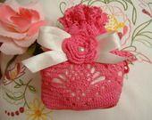 Sacchetto porta trucchi eseguito a mano all'uncinetto in cotone rosa fucsia con la rosa d'Irlanda in tinta : Scatole, cofanetti di i-pizzi-di-anto
