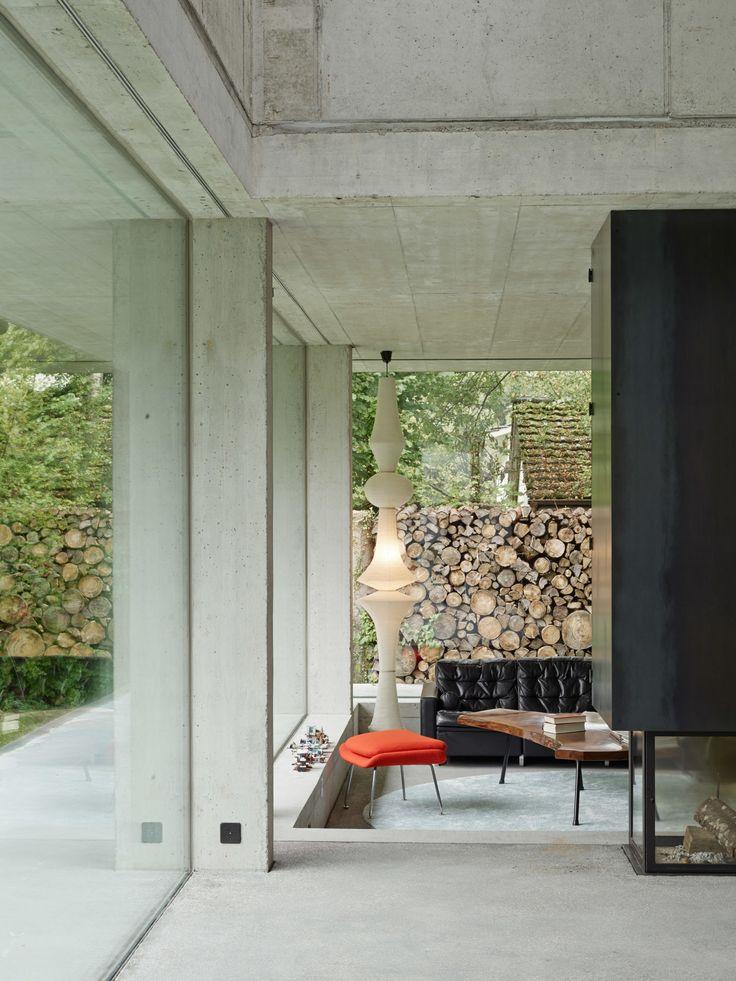 Ein verwunschener Garten in Seenähe zum Bielersee bildet den entwurflichen Ausgangspunkt für dieses Einfamilienhaus. Innen und Aussen gehen fliessend ineinander über. Rohe Materialien setzen die Natürlichkeit im Innern fort