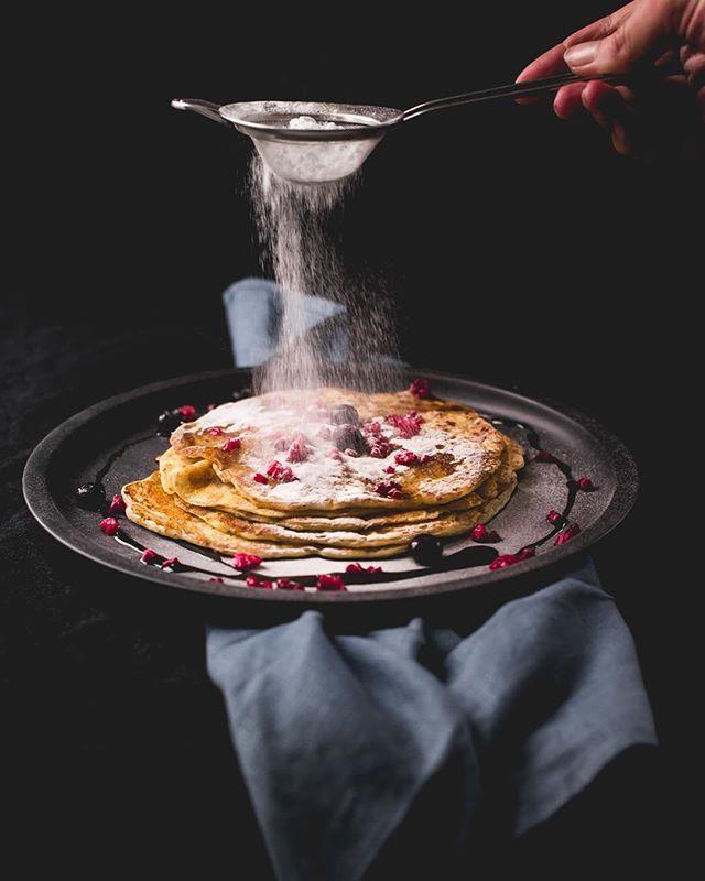 Pancakes  #glutenfree & #plantbased  RECEPT (voor 8 pannenkoekjes) 2 el Chiazaad 2 koppen plantaardige melk 4 el vers citroensap 1 1/4 kop glutenvrije bloem Snuf zout . Meng het Chiazaad met 6 el water en laat het even staan.  Voeg het citroensap toe aan de melk (bijvoorbeeld Sojamelk). De melk wordt hierdoor iets zuurder een soort van karnemelk. Hier worden de pannenkoeken lekker luchtig van. Meng 1 1/4 kop (glutenvrije) bloem met de melk. Voeg het Chia-ei en zout toe en je beslag is klaar…