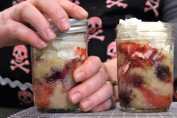 Gyümölccsel tölti meg a befőttesüvegeket, majd vajat tesz rájuk. Ennél finomabb recept nincs is!
