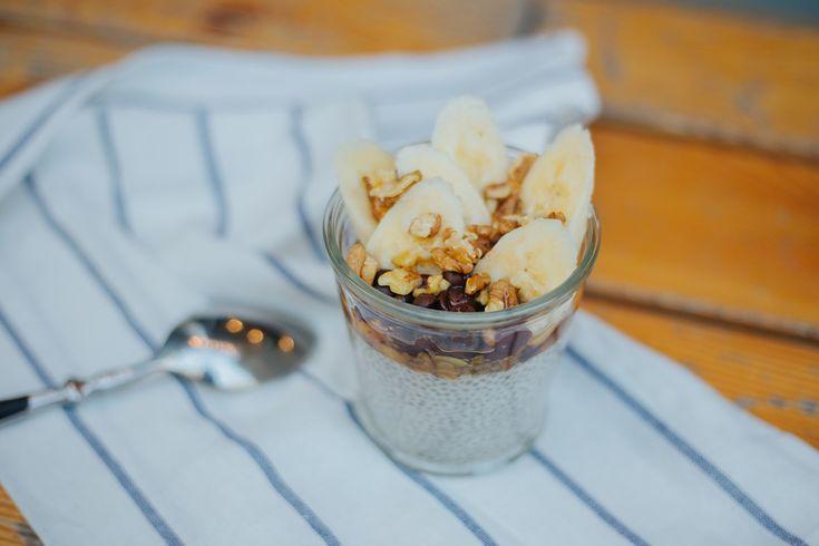Перед вами рецепт вкуснейшего пудинга по рецепту Babetta cafe, который идеально подойдет для завтрака или полдника. Для завтрака даже лучше, ведь семена чиа можно залить смесью кокосового молока и сливок и оставить набухать на всю ночь. С утра вам достаточно будет положить сверху на пудинг ложку меда, дробленые орешки, кусочки банана и посыпать всё тёртым шоколадом. Вкусный, полезный, сладкий, диетический и сытный завтрак будет готов всего за пару минут. Идеально для тех, кто с утра всегда…