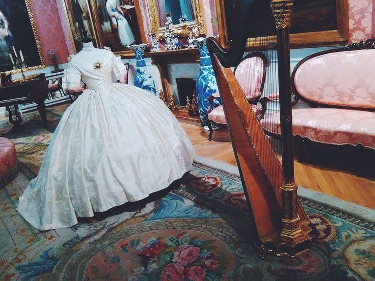 El arpa: uno de los instrumentos más característicos del Romanticismo. Aquí podemos observar un arpa de estilo neogótico en el Salón de Baile. 46 cuerdas y siete pedales conforman este instrumento, que solía ser el protagonista de muchas reuniones sociales de la época.  Junto a él se encuentra uno de los trajes que el Teatro Real prestó al museo en una exposición que tuvo lugar a finales del pasado año.