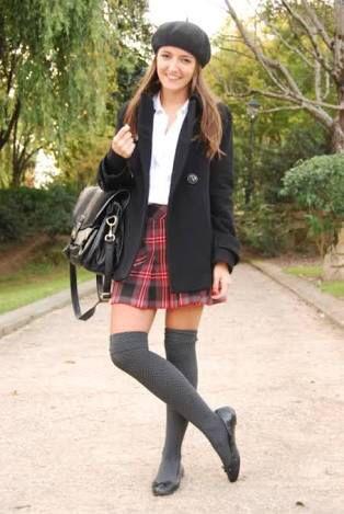 Calcetas grises con falda de cuadritos ✳️