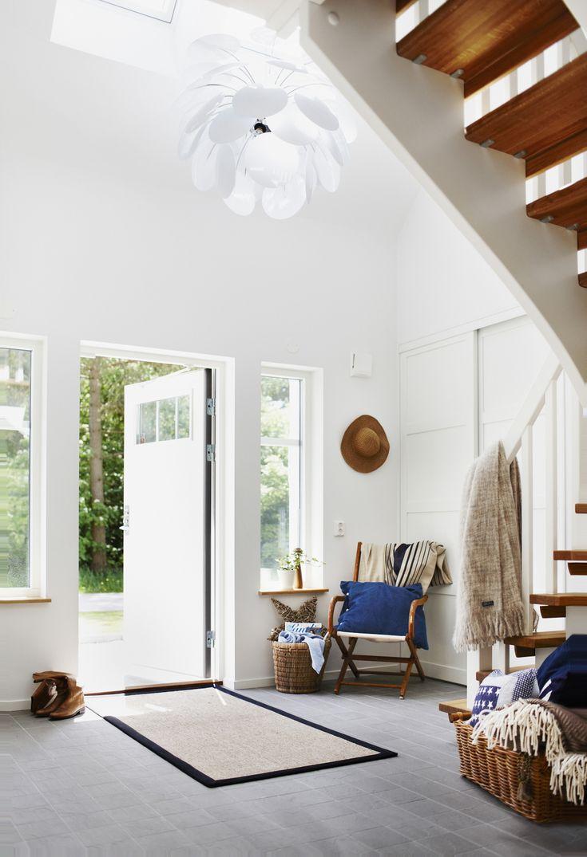 Detta hus i 1 ½-plan karaktäriseras av en klassisk New England-stil med liggande träpanel, spröjsade fönster och ett flertal takkupor.