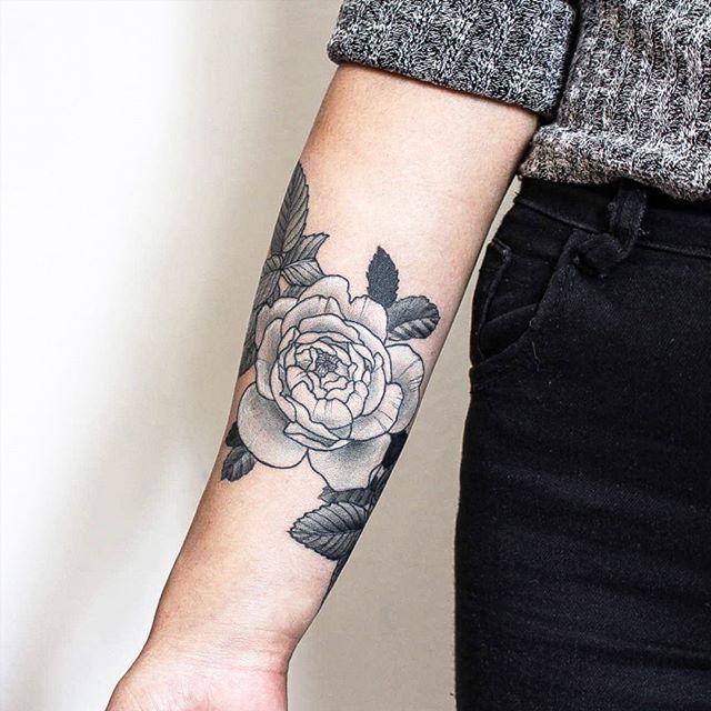 #rosainglesa para la piba mas piola de todas! @louipain   Gracias hermanita por llevar piezas mias en tu piel ❤   ÚLTIMOS TURNOS EN BUENOS AIRES, VIEDMA, REGINA Y NEUQUÉN!   #naturetattoo #girltattoo #tattooargentina #ig_Argentina #TAOT #botanicalartist #belpainefilu #tattoodesign #equilattera #flowertattoo #rosetattoo #coverturatattoo