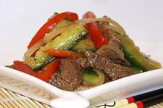 МЯСНОЙ САЛАТИК С ОГУРЦАМИ по корейски Этот салат или закуска вполне самодостаточное блюдо, будет настоящим хитом на любом праздничном столе. Очень вкусно, необычно, пряно, в меру остро. Пряностями можно варьировать по своему вкусу. Этот салат хорош тем, что его можно приготовить заранее, он, как бы, маринуется. В первый день огурчики имеют вкус малосольных. На другой день становятся, как маринованные. Пошаговый рецепт>  http://obedaemdoma.ru/myasnoj-salat-s-ogurcami-po-korejski/ с фото