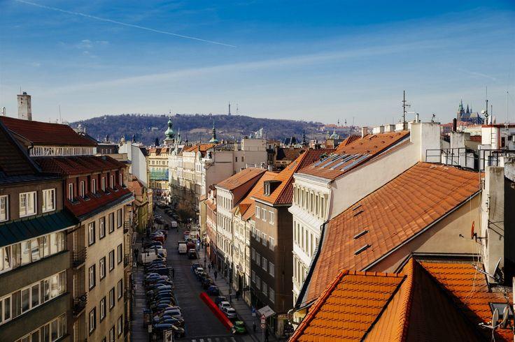 Svůj podíl na rychlé proměně Dlouhé mají dvě kulinární pasáže, které vznikly na protilehlých koncích ulice.