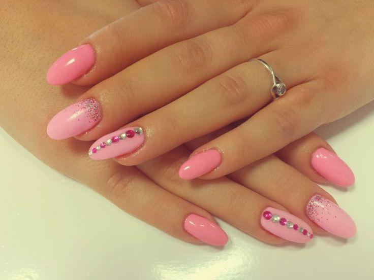 Růžové špičaté nehty s kamínky