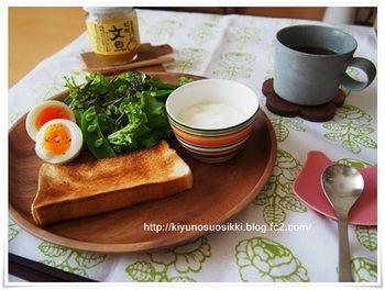 トースト・サラダ・ゆで卵。 ヨーグルトの入ったカップも同じプレートにのせて。