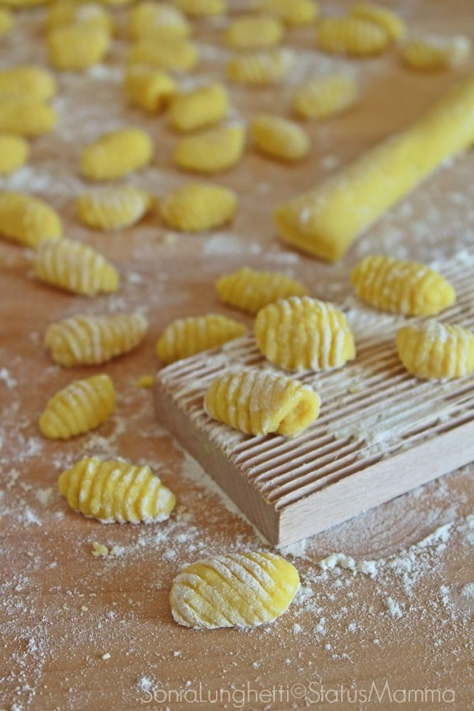 Ricetta e passo passo per preparare dei deliziosi GNOCCHI DI PATATE ALLO ZAFFERANO.