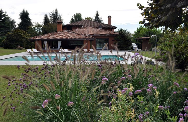 Verbena e Pennisetum in piscina