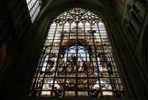 Saint Michel en Sint-Goedele in Brussel. Mooie glas in lood kunst afbeelding van de kroning van Charles VI de Waanzinnige (of de geliefde), koning van Frankrijk.