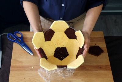 """750g vous propose la recette """"Gâteau ballon de foot"""" en pas à pas. Avec une photo pour chaque étape, la réalisation de cette recette est un jeu d'enfant."""