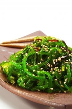Seaweed Salad Recipe 3/4 ounce dried Wakame seaweed (you can use it whole or cut) 3 tablespoons soy sauce 1 teaspoon sugar 2 tablespoons Asian sesame oil 1/2 teaspoon minced garlic 1 teaspoon finely grated peeled fresh ginger 1 apple 2 scallions, thinly sliced 3 tablespoons rice vinegar (not seasoned) 2 tablespoons chopped fresh coriander