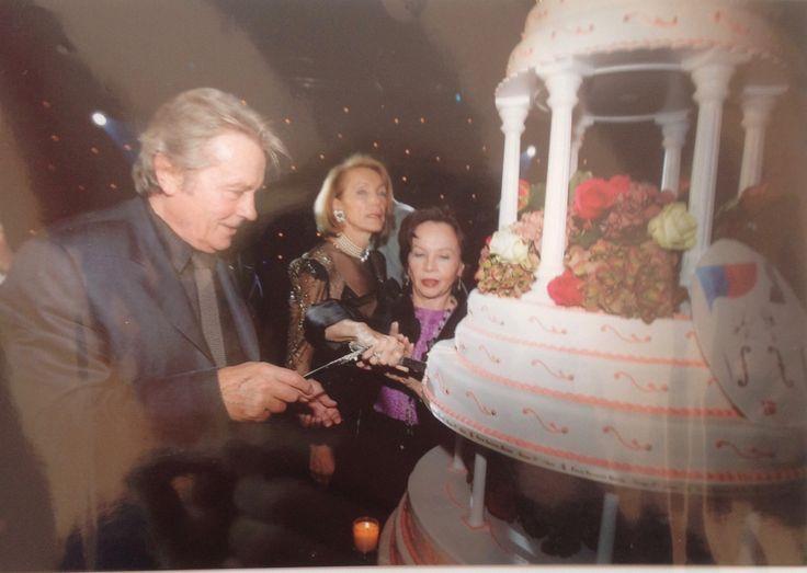 20ème Anniversaire de l'IRME  Alain Delon découpent le gâteau