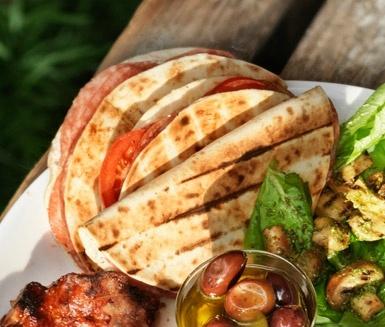 Quesadillas med salami och philadelphia- i små bitar som tilltugg, mums!
