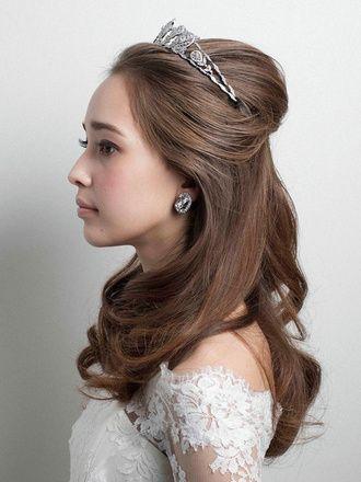 ハーフダウン,ハーフダウン のヘアメイクカタログ|ザ・ウエディング 美しいウエーブヘアにティアラを合わせた正統派スタイル/Side