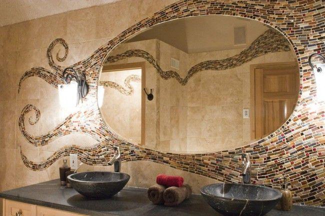 Непривычное обрамление зеркала в ванной свободно выложенным мозаикой сюжетом