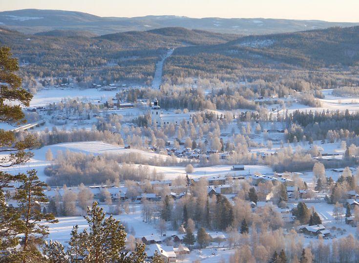 En vintrig bild över Järvsö by med Järvsö kyrka som ståtligt visar upp sig