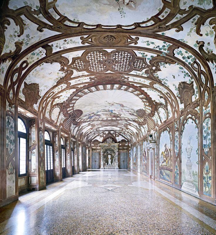 Candida Höfer, Palazzo Ducale, Sala dei Fiumi, Mantova, 2011, 180 x 169 cm © Candida Höfer