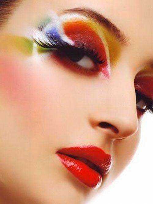 В макияже СУЩЕСТВЕННОЕ значение имеет только цвет  тональных средств!  Оттенки всей остальной косметики - это исключительно вопрос настроения, гибкости вашего мышления и стиля,  который вы себе создаете по конкретному случаю!   Не бывает такого, что вам идет только три цвета помады  или, например, только коричневые тени для глаз!
