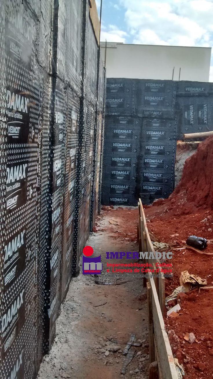 Impermeabilização de muro de arrimo com manta asfáltica.