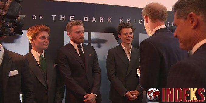 Duo Harry, satunya bintang pop Harry Styles dan satu lagiPangeran Harry, anggota kerajaan Inggris tampil di karpet merah premier film terbaru Christopher