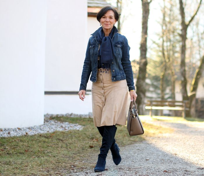 Easy-Chic mit Wildlederrock und klassischer Jeansjacke für jede Jahreszeit
