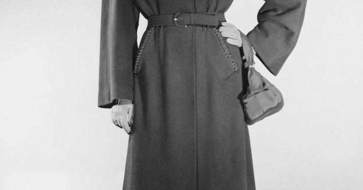 ¿Qué pueden usar las mujeres para contrarrestar los hombros anchos?. Si eres una mujer que quiere minimizar la apariencia de los hombros anchos y crear una ilusión de una forma de reloj de arena, existen varias cosas para tener en mente cuando compres ropa. Las decisiones inteligentes de moda que crean líneas verticales pueden hacer una gran diferencia para contrarrestar los hombros anchos.