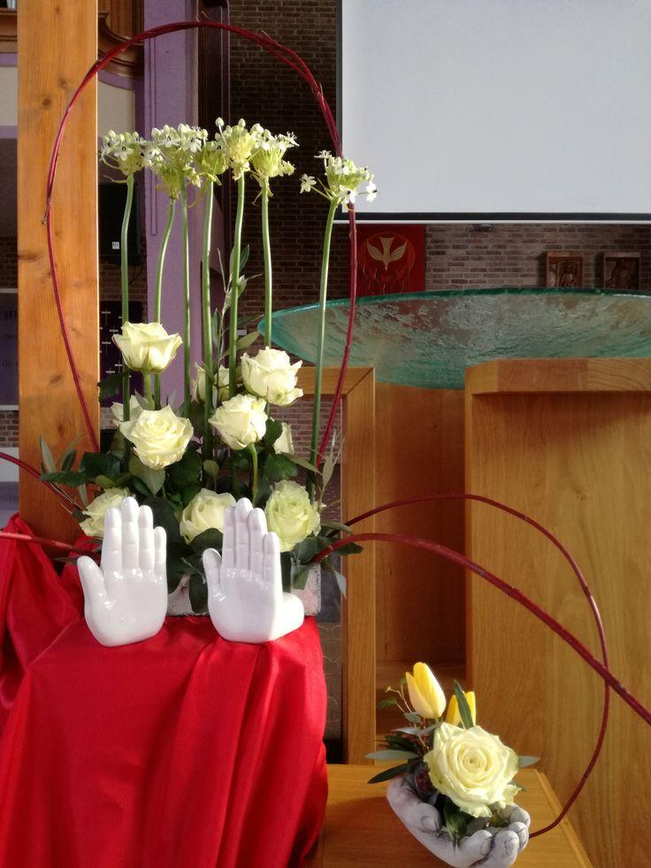 Week van gebed 2017  De handen gevuld met de liefde (witte roos)en de glimlach (de gele tulpen), gesteund door de olijftakjes (vrede) en de klimop(trouw, hoop voor de toekomst )gaan na de dienst mee naar de gemeenten en ondersteunen het thema :mijn hand, jouw glimlach tijdens de gebedsavonden de komende week.