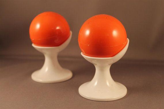 70er Jahre Pop Design Salz und Pfeffer Streuer Set Panton Space Age Stil Orange und weiß Tulpenfuß Rarität Kugelform 60er Orbit Sputnik Ära