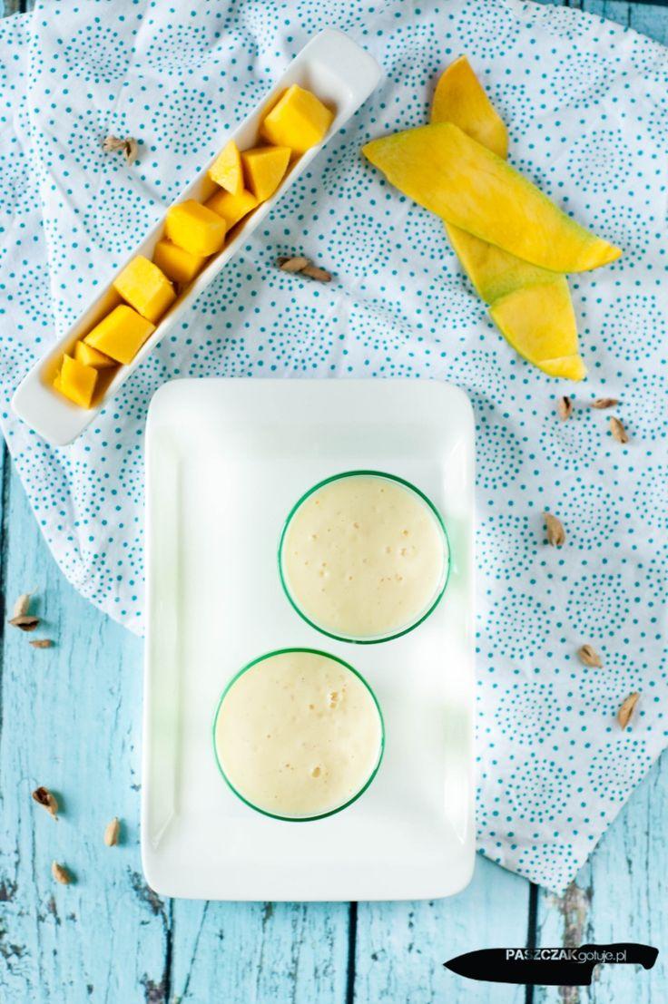 """Składniki na 6 porcji po 200 ml: 1 duży jogurt typu greckiego(400g) 400 obranego i pokrojonego w kostkę dojrzałego mango 4 łyżki cukru 200 ml zimnego mleka 2 łyżki mielonego kardamonu Wszystkie składniki zmiksować ze sobą na gładki """"koktajl""""."""