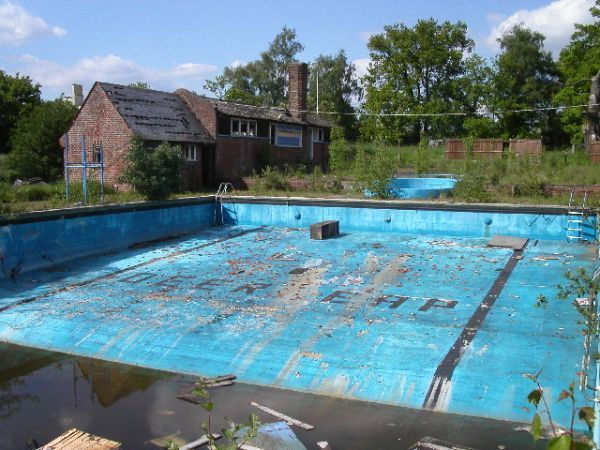 Deer Leap swimming pool, Ringshall: Swimming Pools, Abandoned Swim, Swim Pools, Empty Pools, Leap Pools, Abandoned Things, Abandoned Pools, Forgotten Pools, Abandoned Places