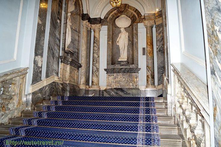 Парадная лестница ведет на второй этаж, где находятся анфилады парадных залов: Лаковый зал, Царская гостиная («Собранный зал»), Галерея (Орловский зал), Китайский зал и Мраморный зал. За ними – личные покои Григория Орлова